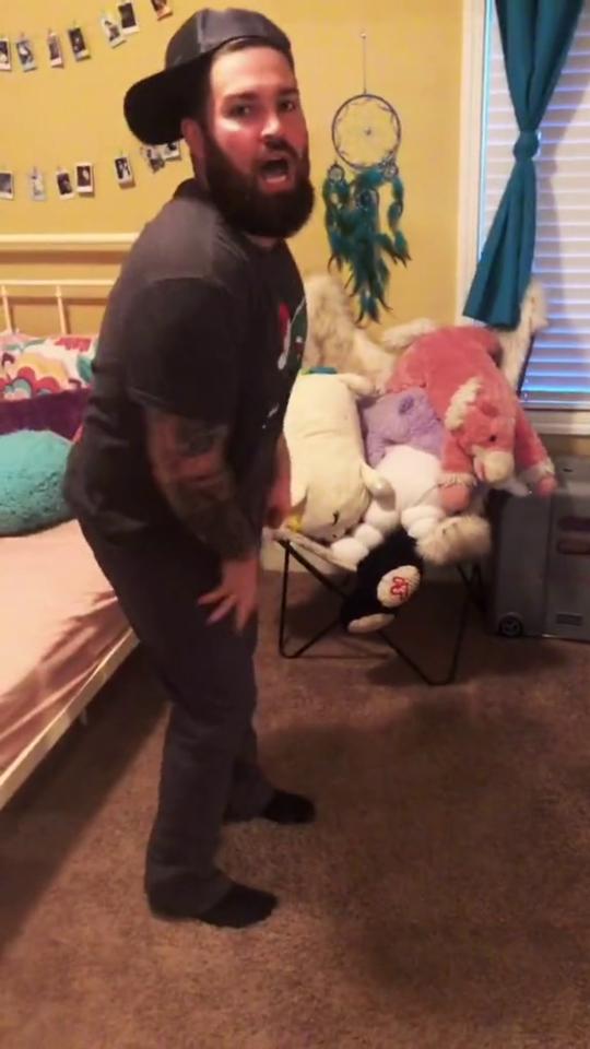 Dad imitates daughter